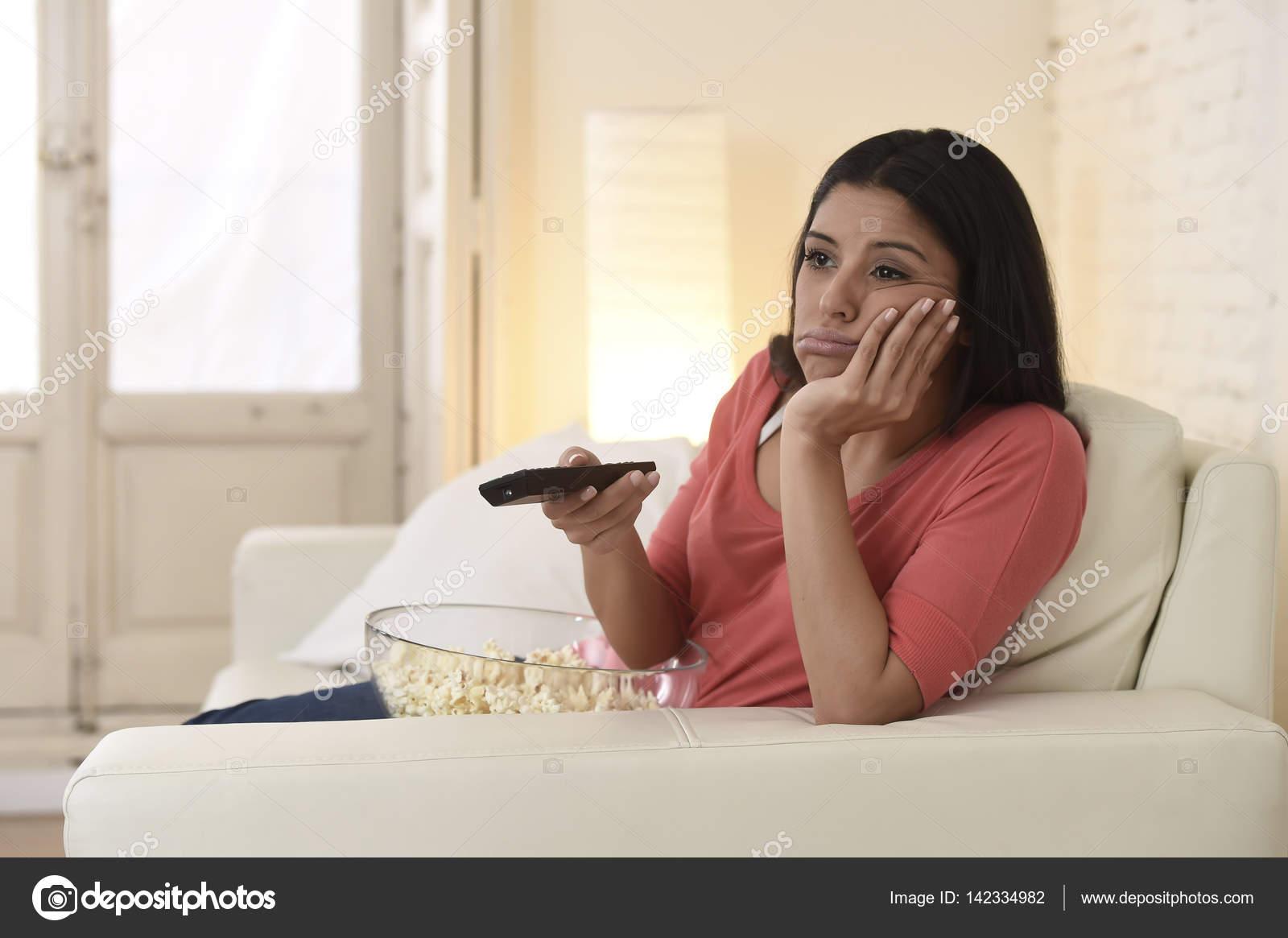 junge schöne Frau zu Hause vor dem Fernseher müde und gelangweilt ...