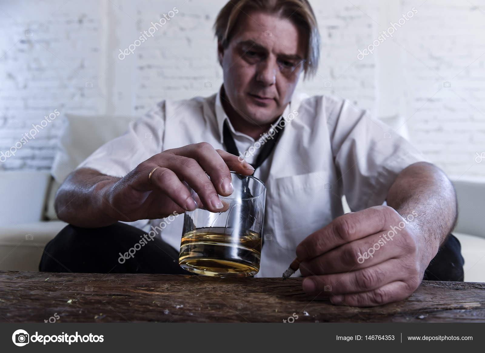 d prim s alcoolique homme d affaires avec cravate l che gaspill et bu boire whisky. Black Bedroom Furniture Sets. Home Design Ideas