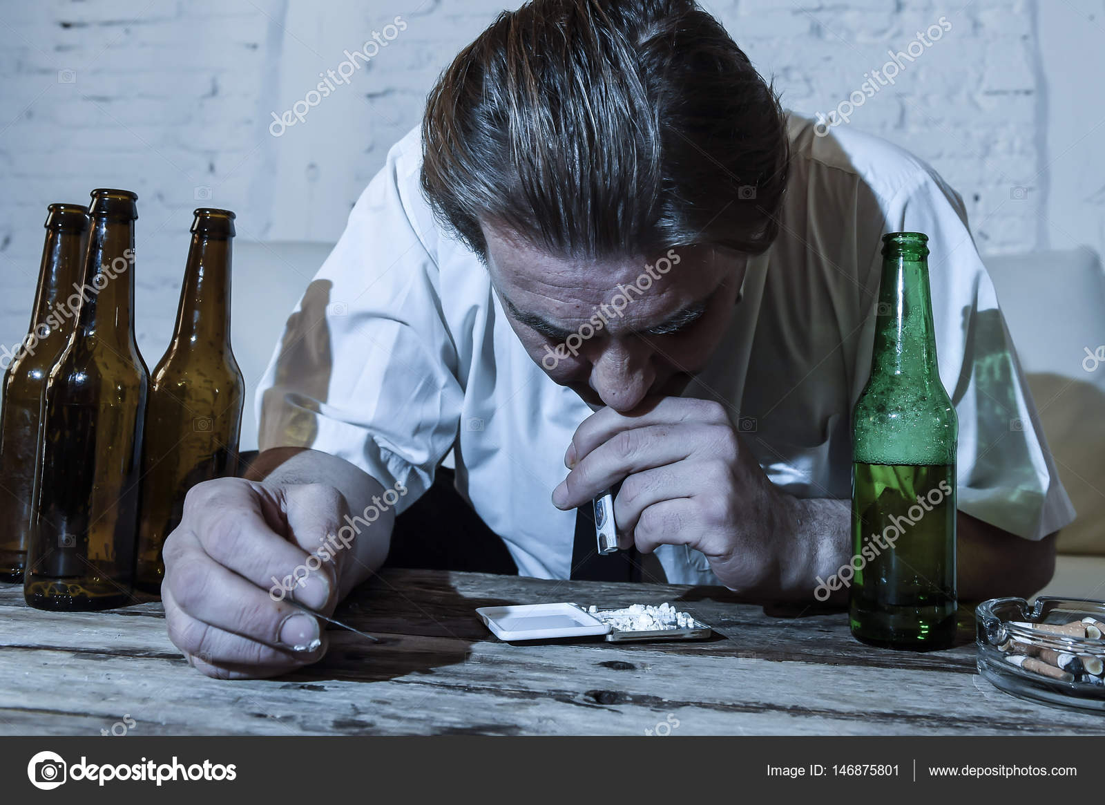 Drogas Y Alcohol Perdido Addict Hombre Con Corbata Suelta