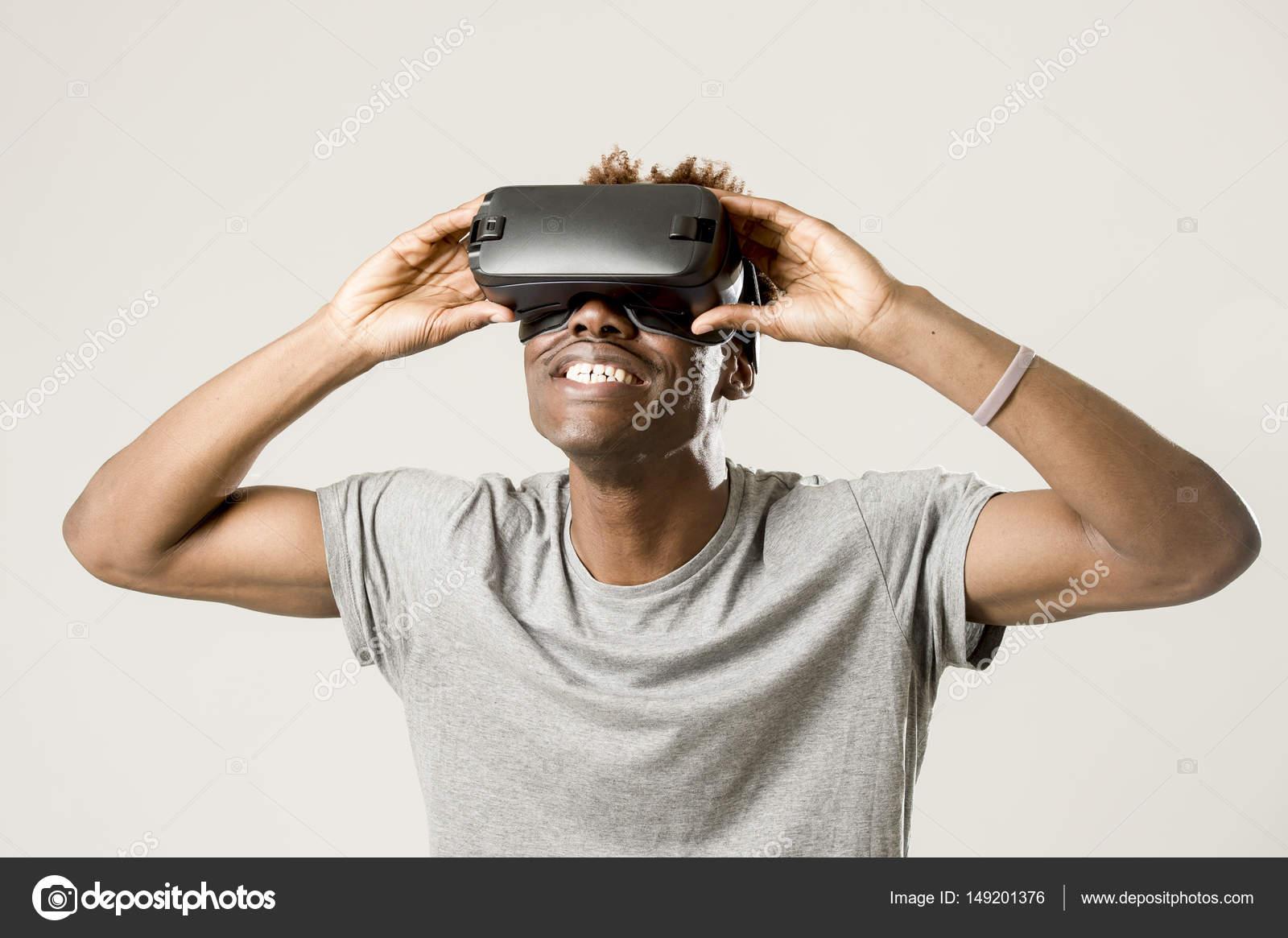 Feliz e animado afro americana jovem vestindo óculos de visão realidade  virtual vr 360 desfrutando de videogame isolado em fundo claro em inovação  e ... 4d5ba94a36