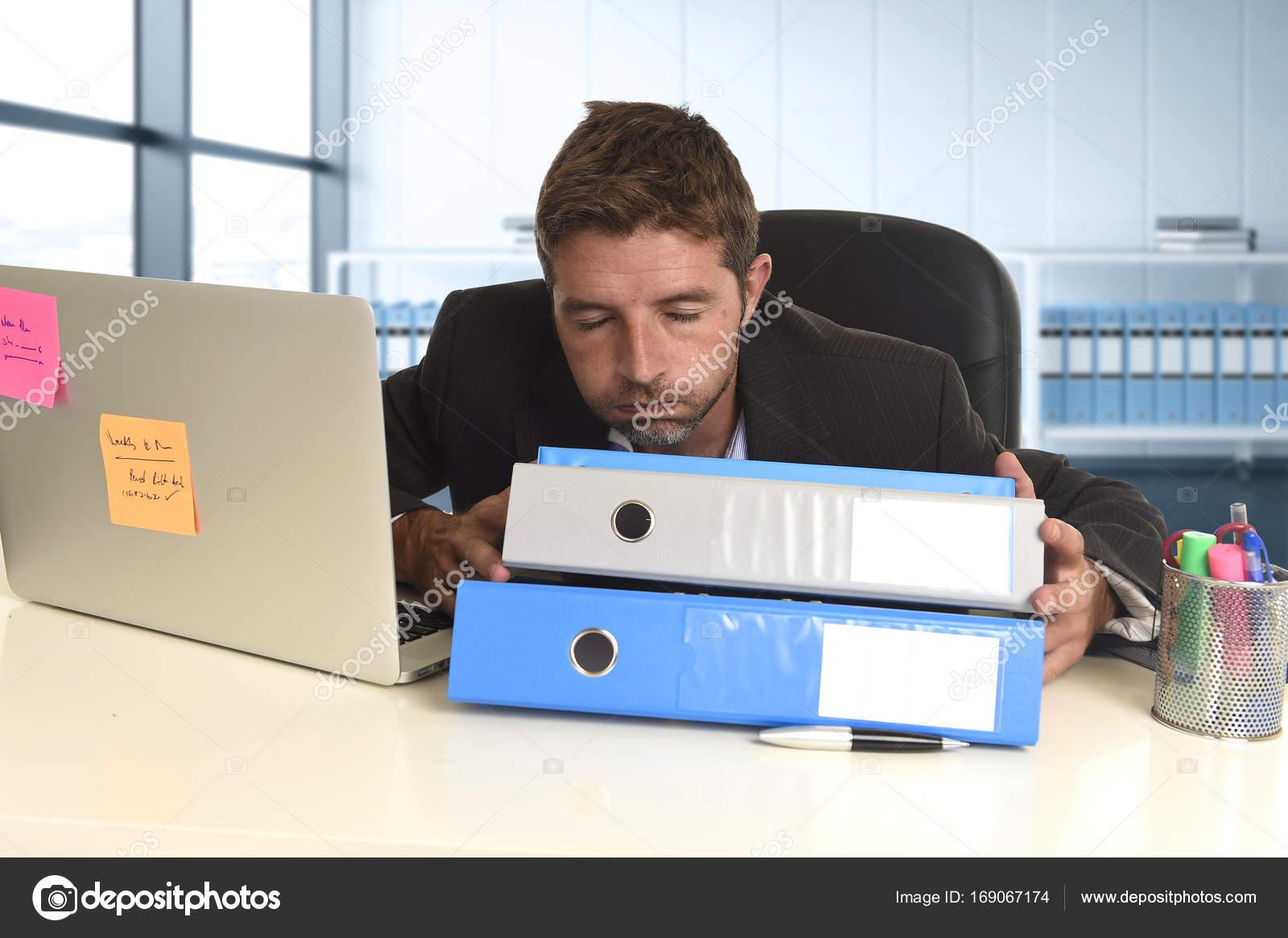 Homme d affaires travaillant dans le stress l ordinateur - Recherche ordinateur de bureau ...