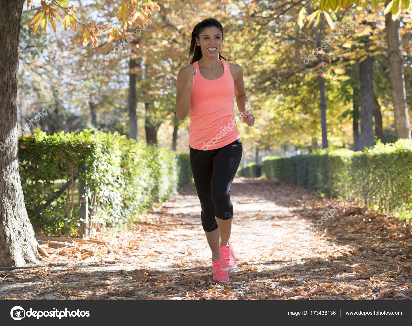 Femme jeune coureur attrayant et heureux Sportswear automne en cours  d exécution et de la formation sur le jogging d entraînement extérieur au  parc de la ... 77efa0b11af