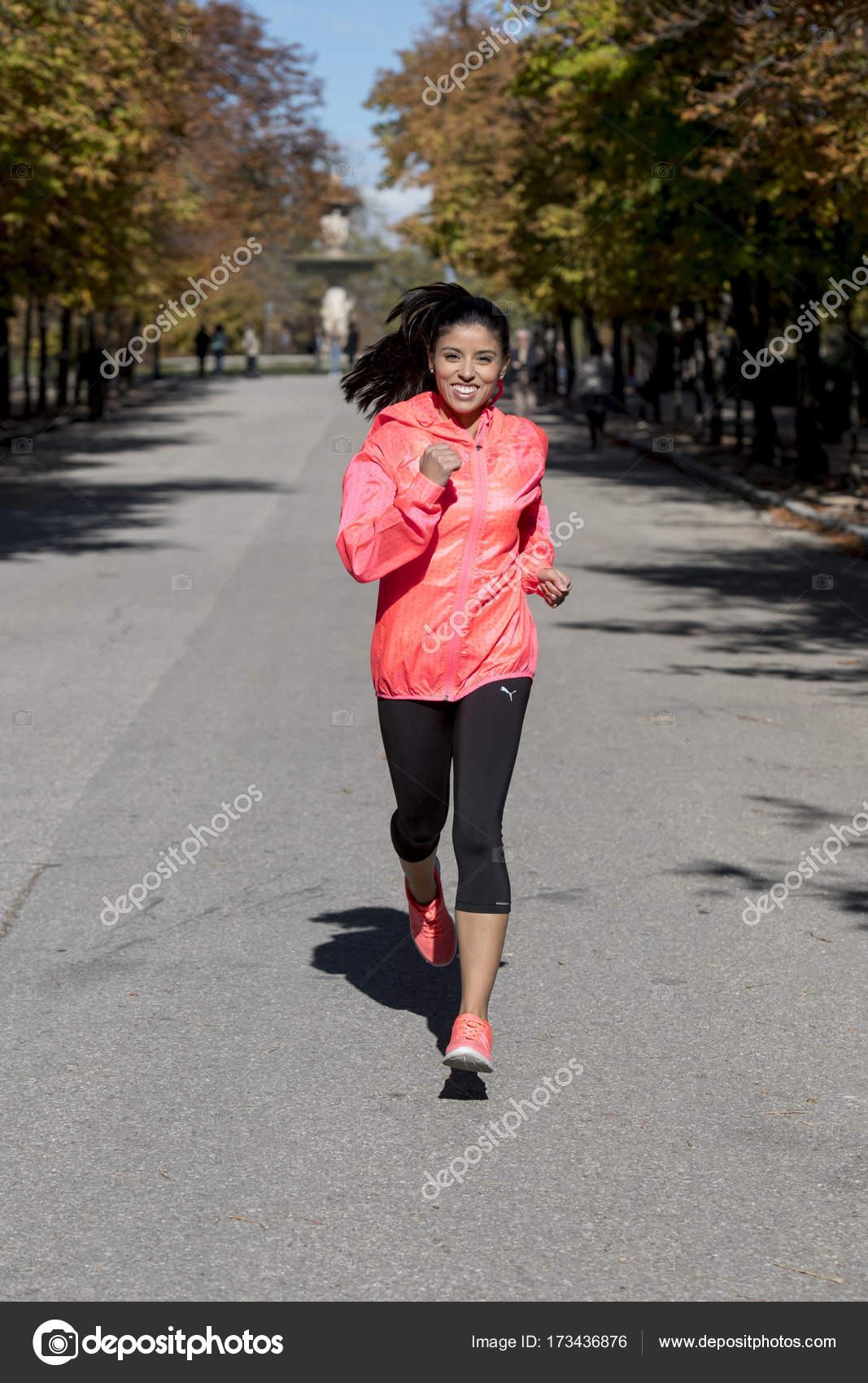 Femme sport jeune coureur attrayant en sportswear automne en cours  d exécution et de la formation sur le jogging à l extérieur d entraînement  dans la ville ... 0d4fb0b922d