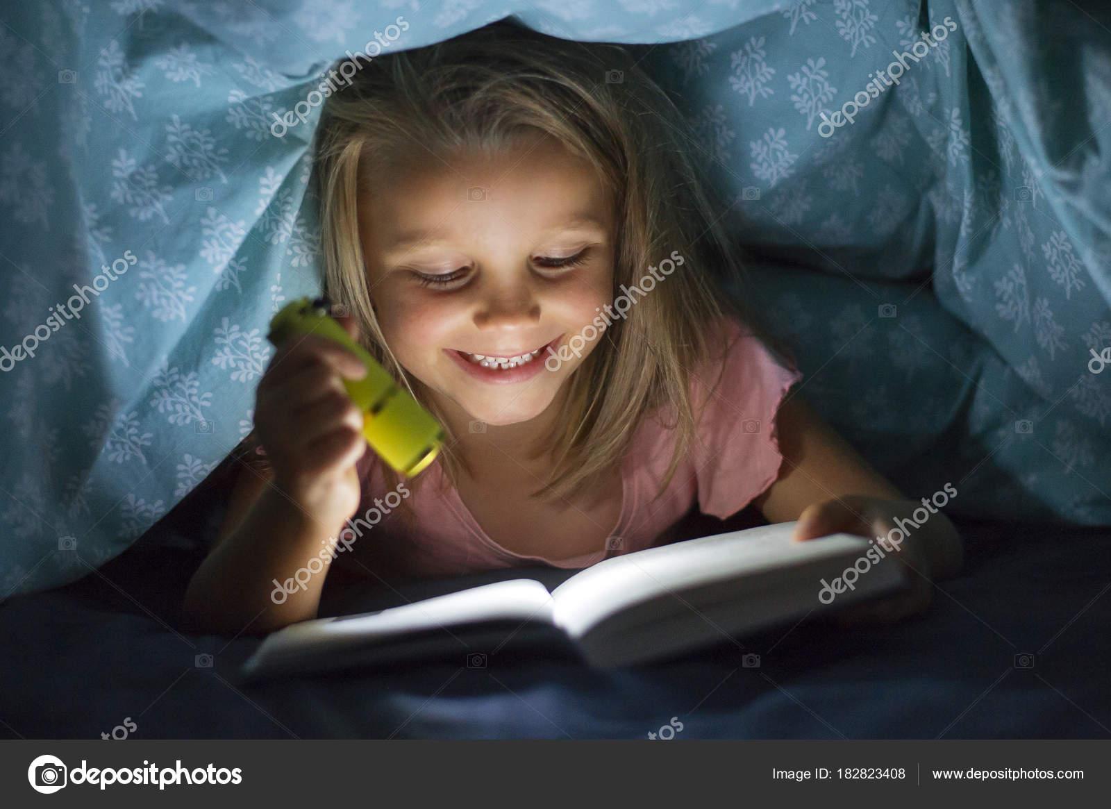 Douce Belle Et Assez Peu Blonde Jeune Fille 6 8 Ans Sous Lit