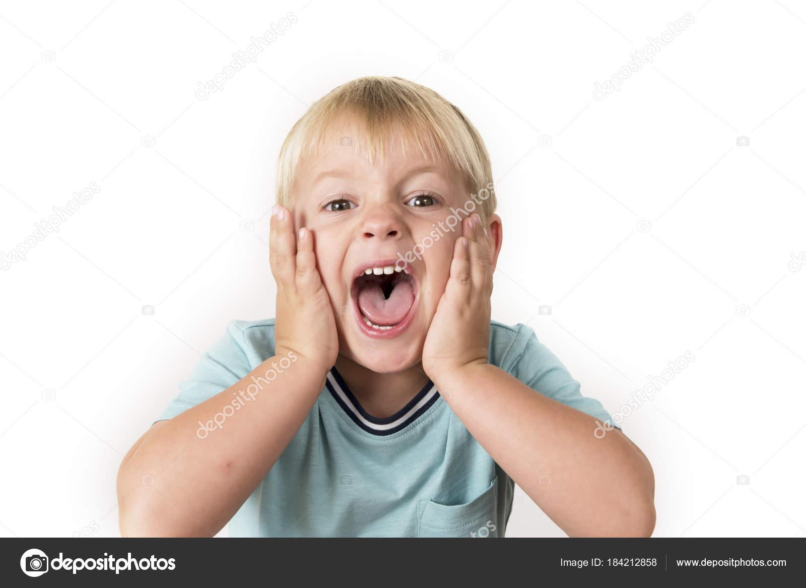 Niño Asustado Gritando: Retrato De 3 Años Edad Niño