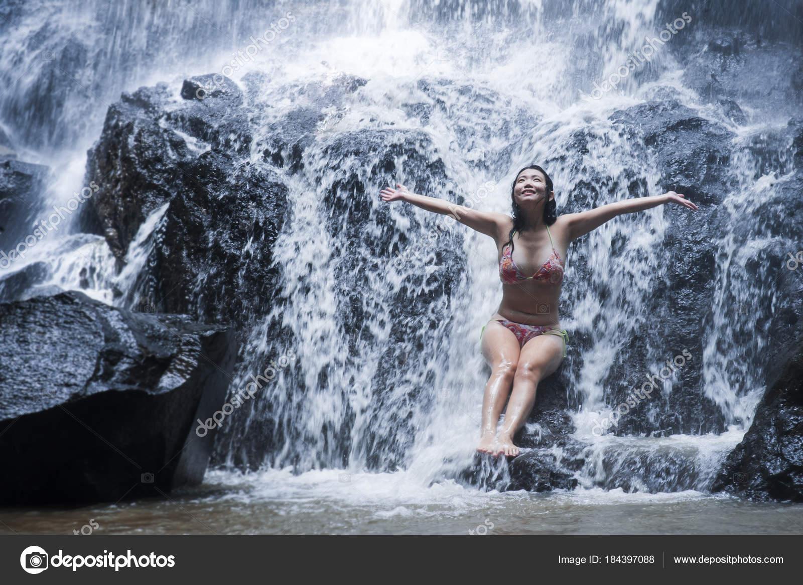giovane donna asiatica bella e dolce in bikini ottenere corpo ...