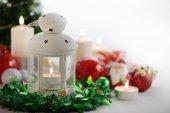 Slavnostní vánoční dekorace, lampy, svíčky, vánoční strom a ozdoby s copy prostor na bílém