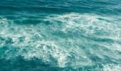 Fotografie Tyrkysová mořská voda s vlnami