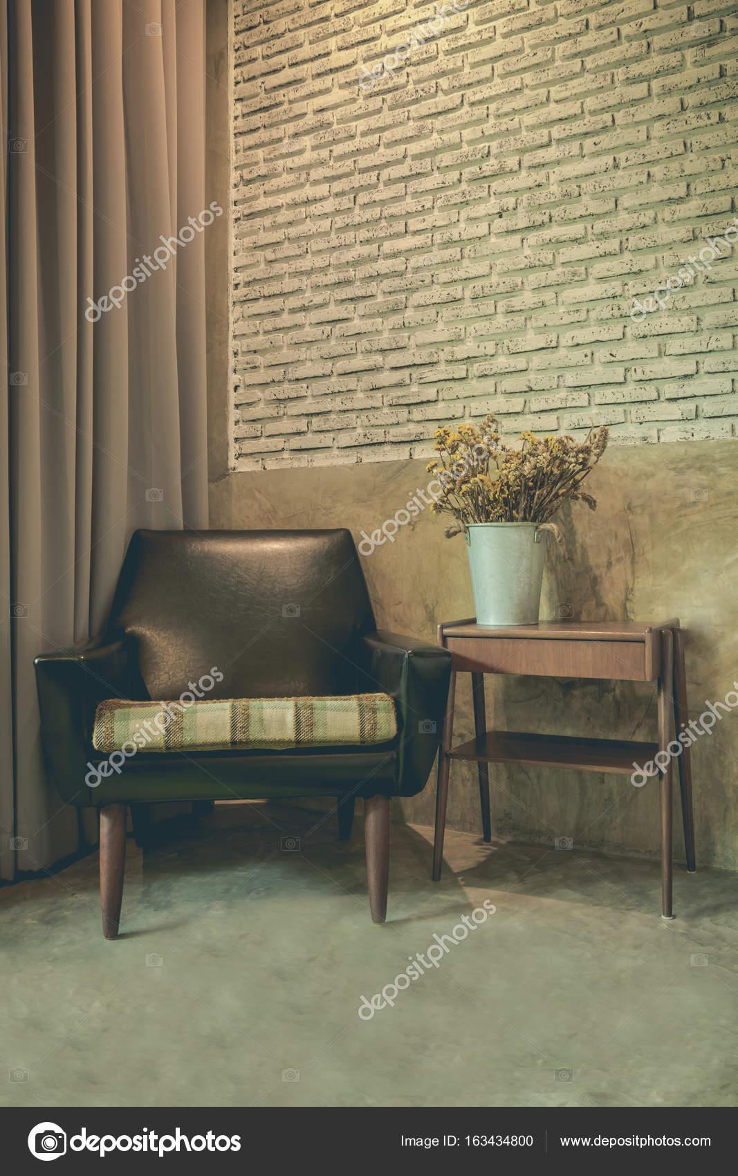 Vintage kamer met oude gips muren en oude ouderwetse fauteuil ...