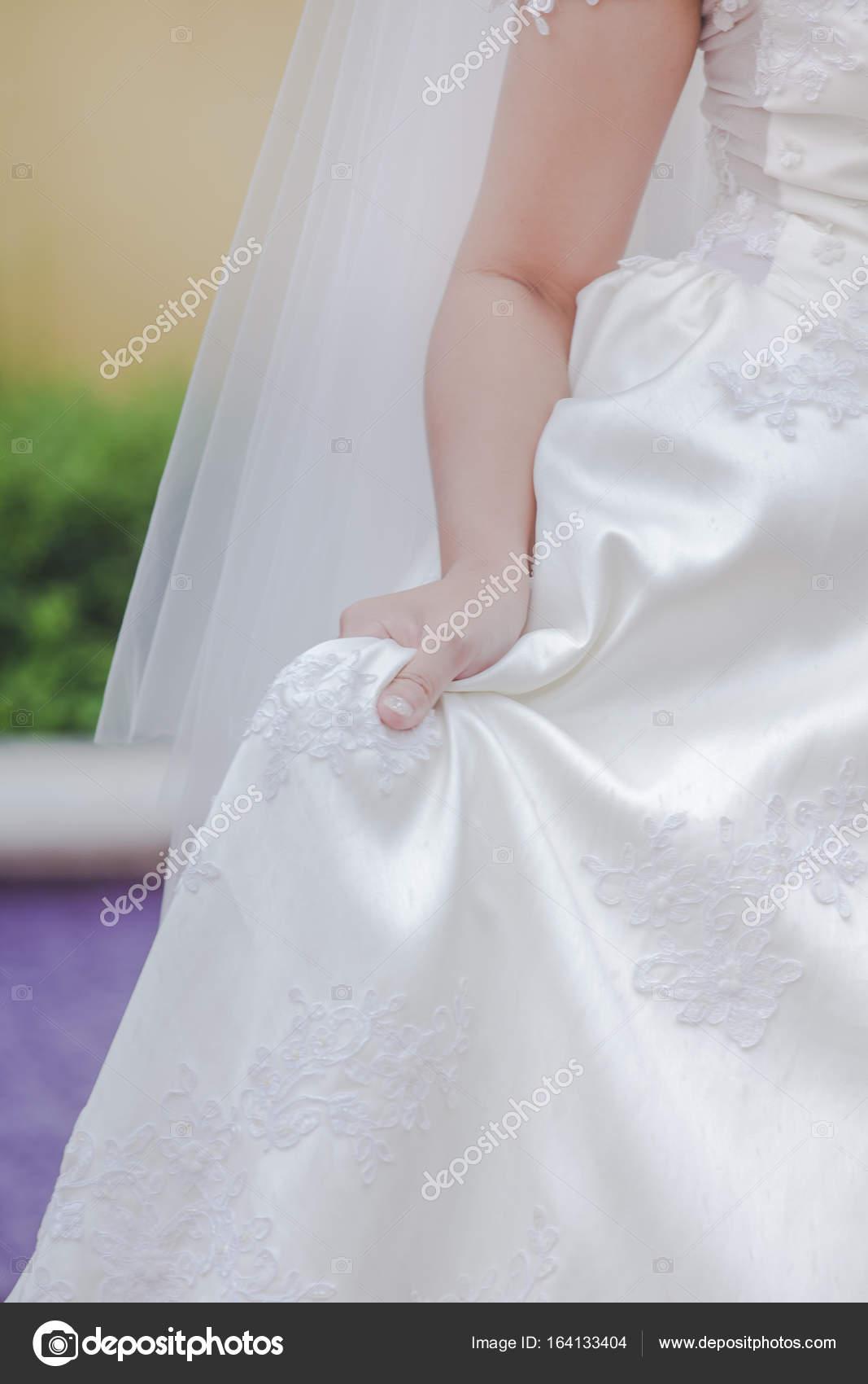 bf7c539411 Haftowane kwiaty Piękna suknia ślubna — Zdjęcie stockowe © kaewphoto ...