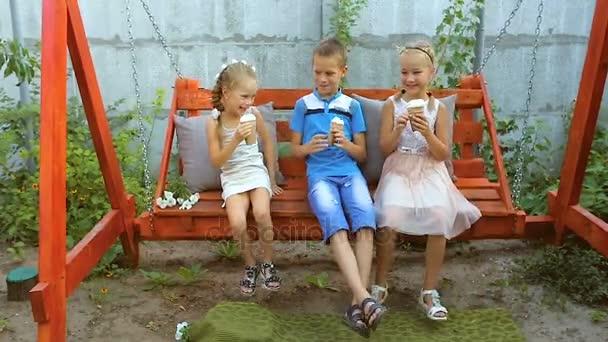 Šťastné děti jíst appetizingly zmrzlina