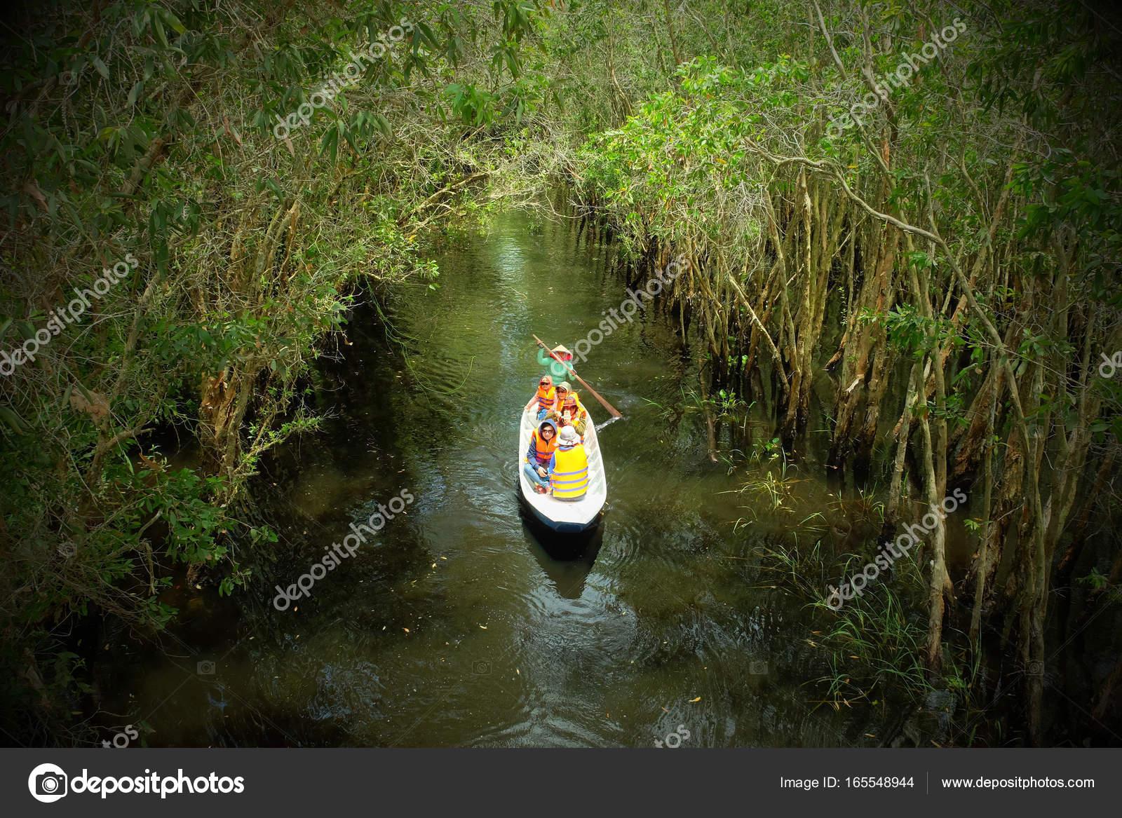 Kobieta Wioślarstwo Wiersz łodzi Przez Las Zdjęcie