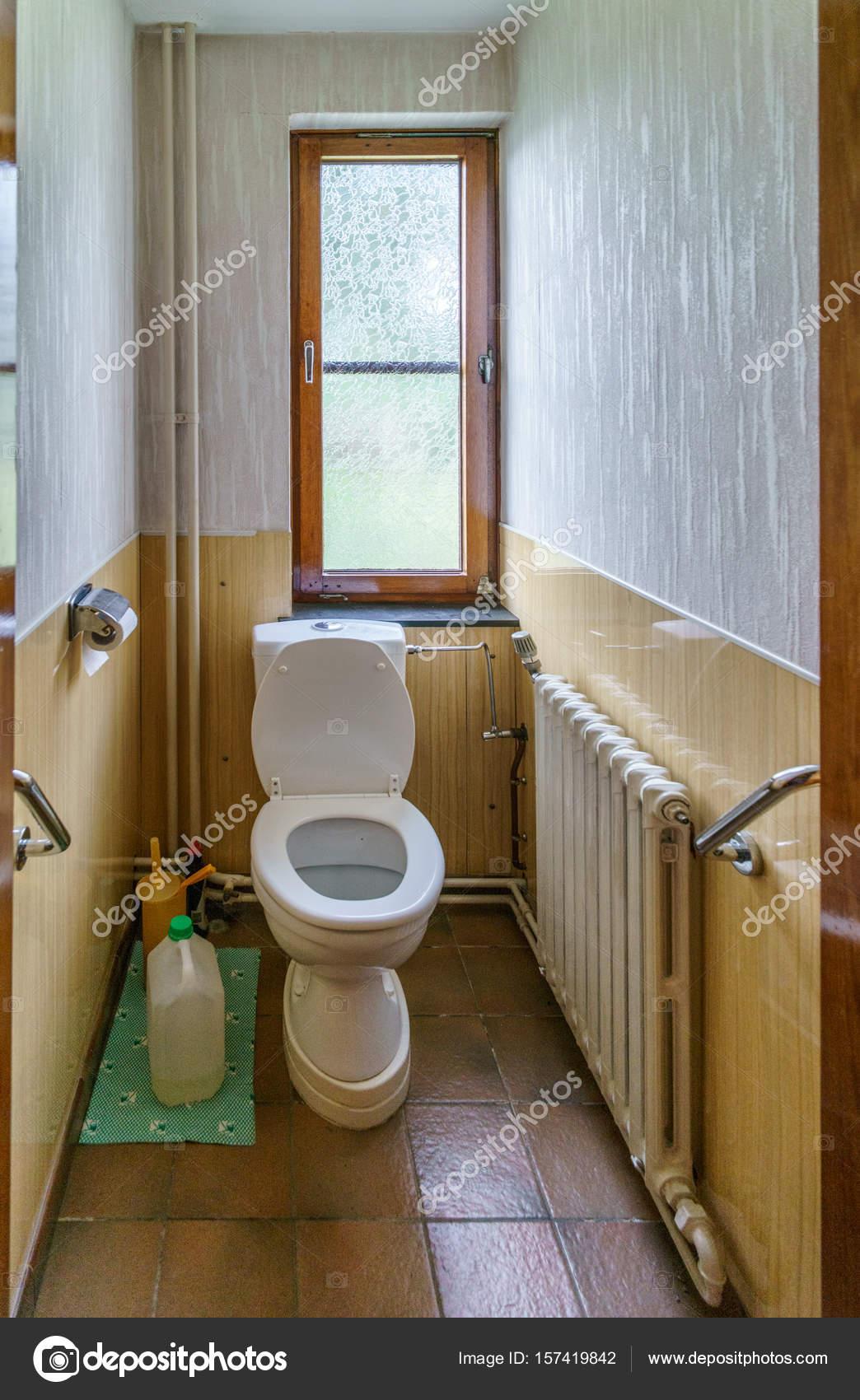 WC mit Sitz, in kleinen engen Badezimmer — Stockfoto © Bruno135 ...