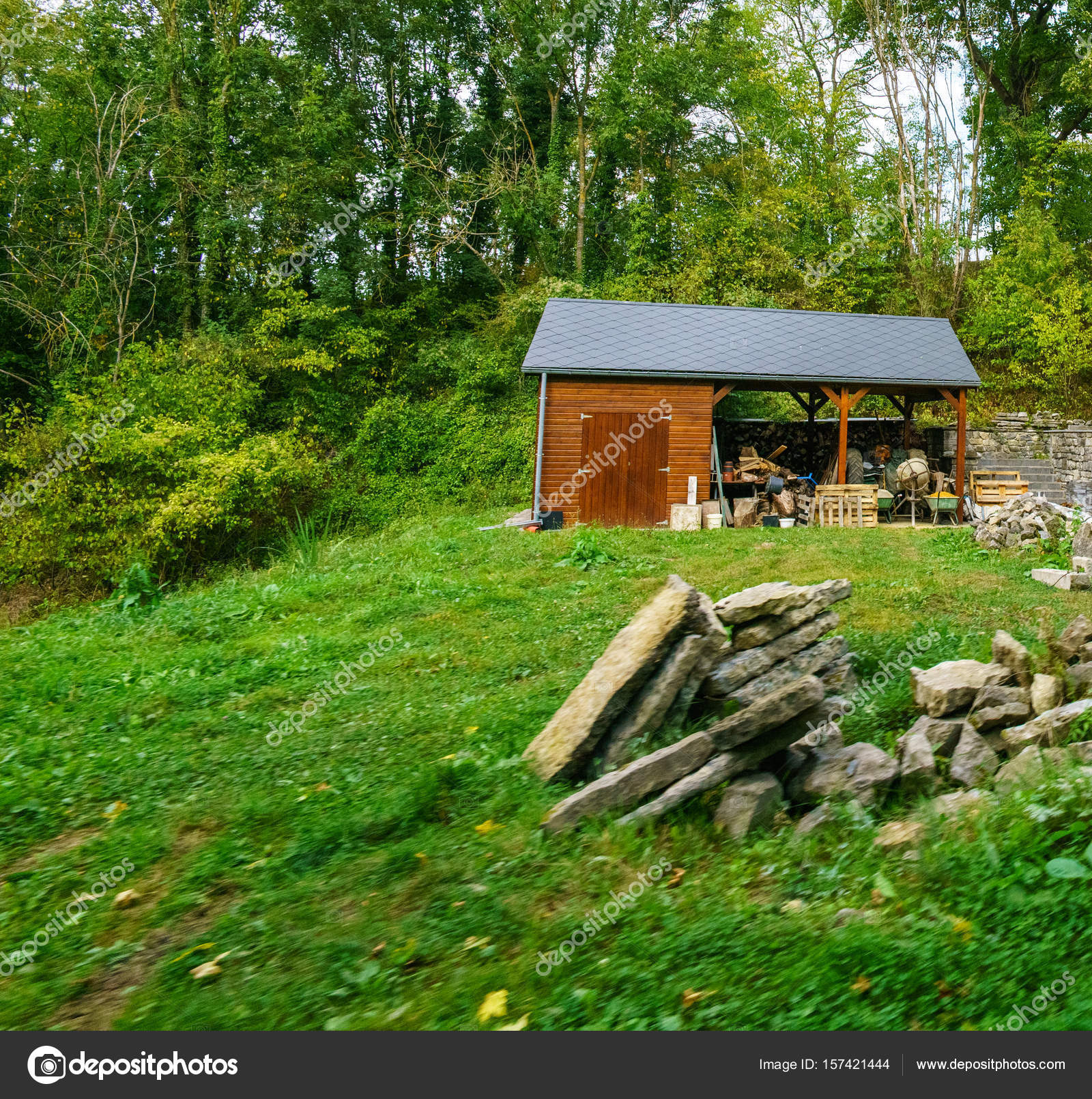Merveilleux Small Wooden Hut With Trees Behind U2014 Stock Photo
