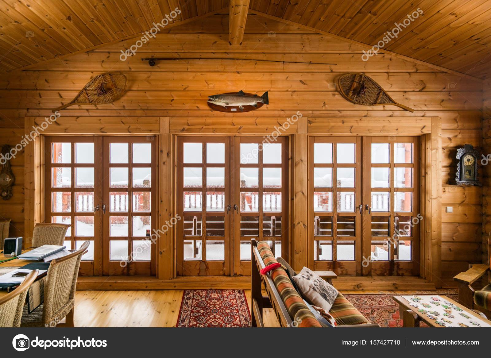 Holz Verkleidet Lliving Zimmer Und Turen Im Blockhaus Stockfoto