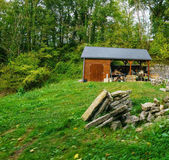 Photo Small wooden hut with trees behind