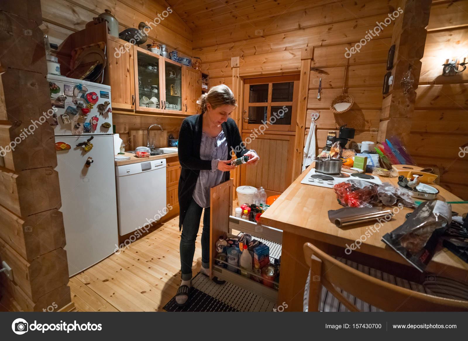 Mujer Pie Cocina Cabaña Mirando Alimentos Islandia Europa — Foto de ...