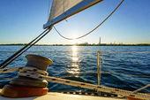 Plachetnice na moři se zblízka lana