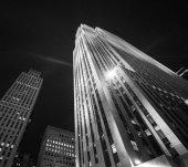 Fotografie Nízký úhel moderní budovy v noci osvětlené