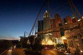 Stadtszene nachts beleuchtet und moderne Struktur