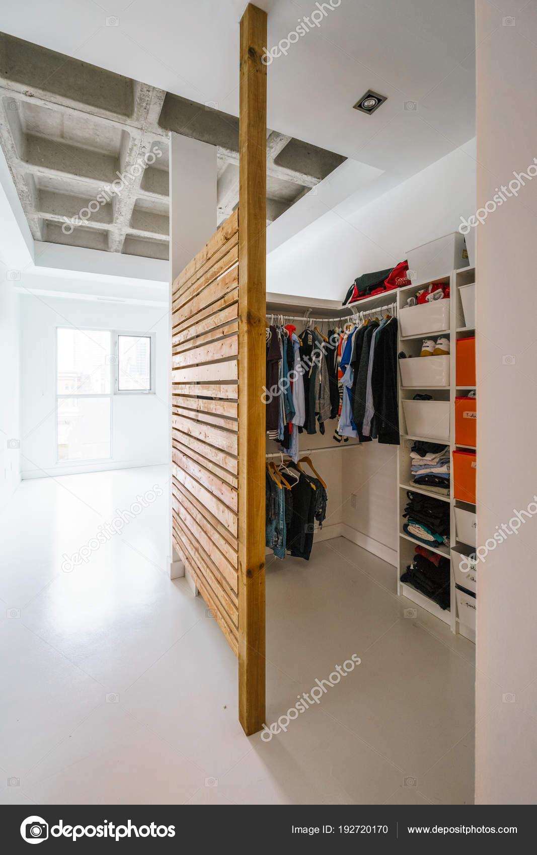interieur appartement kamer met kledingkast stockfoto
