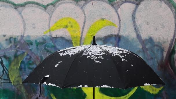 Schwarzer Regenschirm bei Schneefall
