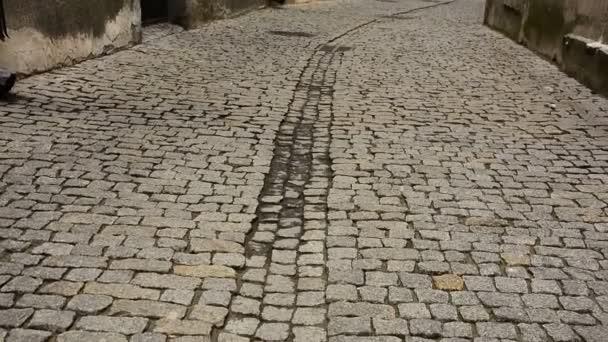 Opuštěné ulice starobylého města.
