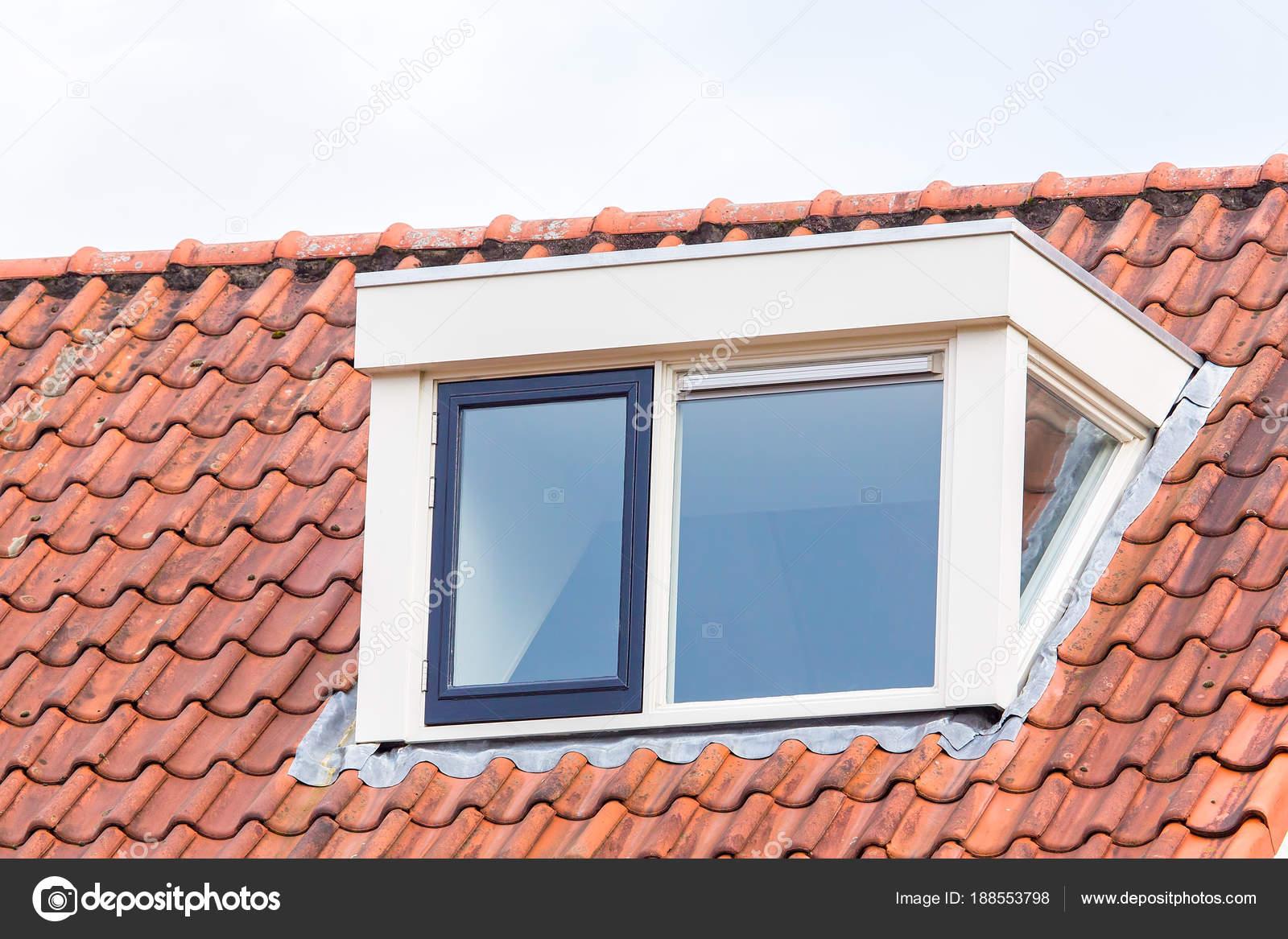 Lucarne sur le toit du grenier avec toiture en tuiles — Photographie ...