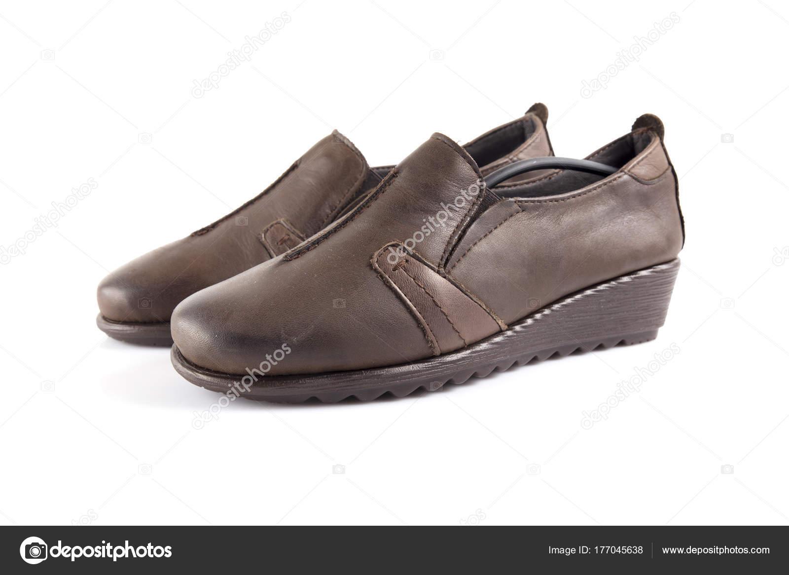 e8fb16d4c9 Sapato Feminino Couro Marrom Fundo Branco Produto Isolado Calçado  Confortável — Fotografia de Stock