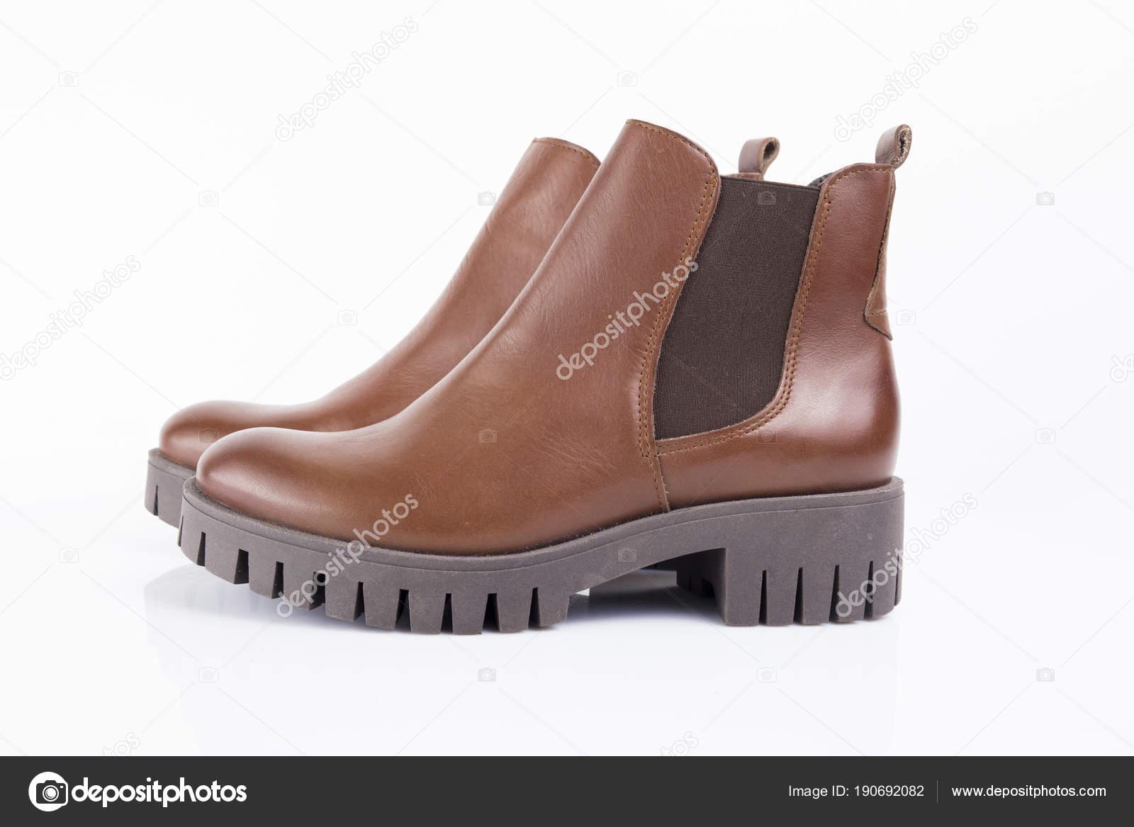 8e8ed7178a Bota Feminina Couro Marrom Fundo Branco Produto Isolado Calçado Confortável  — Fotografia de Stock