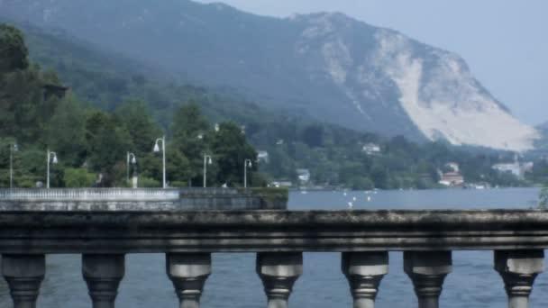 Středně dlouho mělká Hloubka pole sledování snímku během letního dne barokní zábradlí na břehu jezera Lago Maggiore na Stresa Boulevard v Itálii, v ideálním případě použit jako titulek pozadí