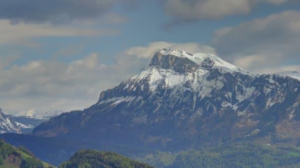 Statické středně dlouho vysokým dynamickým rozsahem mělká Hloubka pole čas zanikla shot mraky a jejich stíny procházející přes Alpy hory se zasněženými během jarní Weggis, Švýcarsko