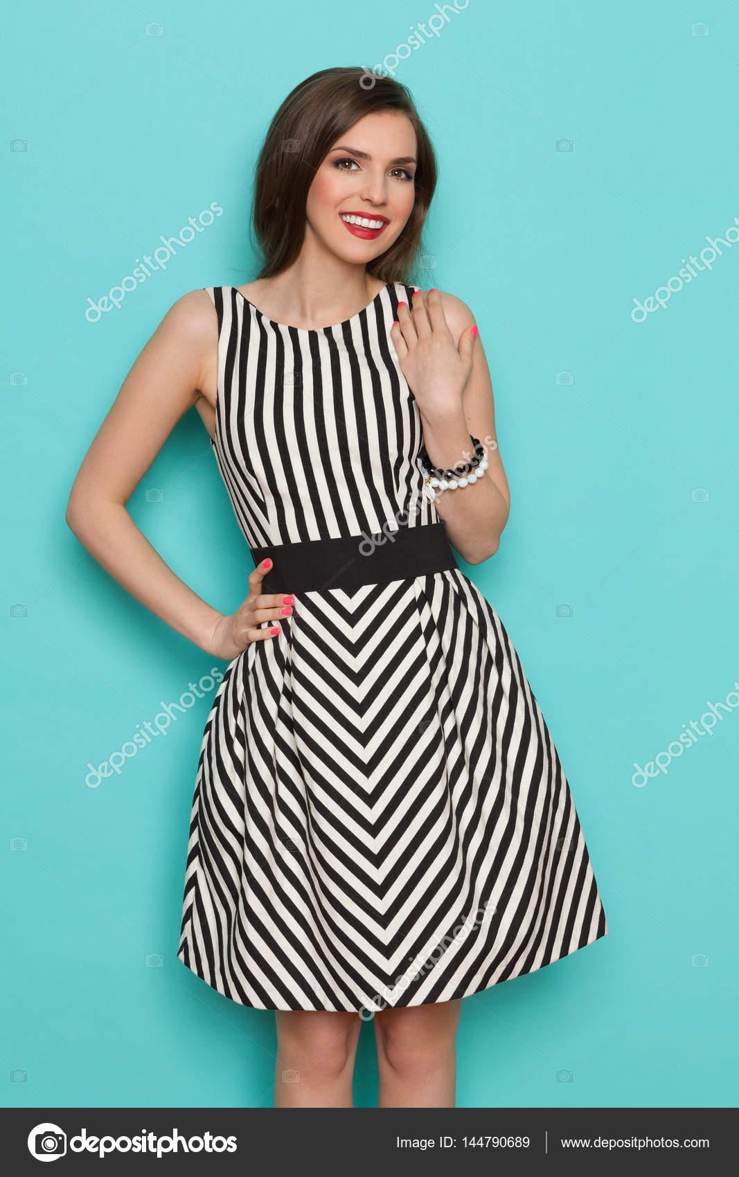 more photos e4eb6 a4dfc Giovane donna sorridente In bianco e nero abito a righe ...