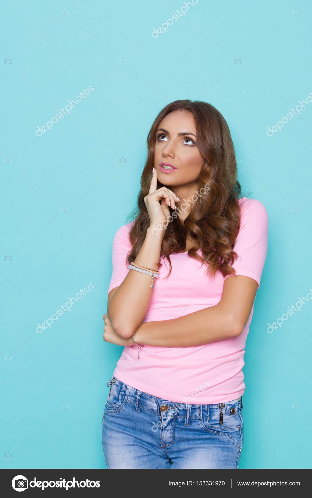 Nachdenkliche Junge Frau In Pastell Rosa T Shirt Nachschlagen U2014 Stockfoto