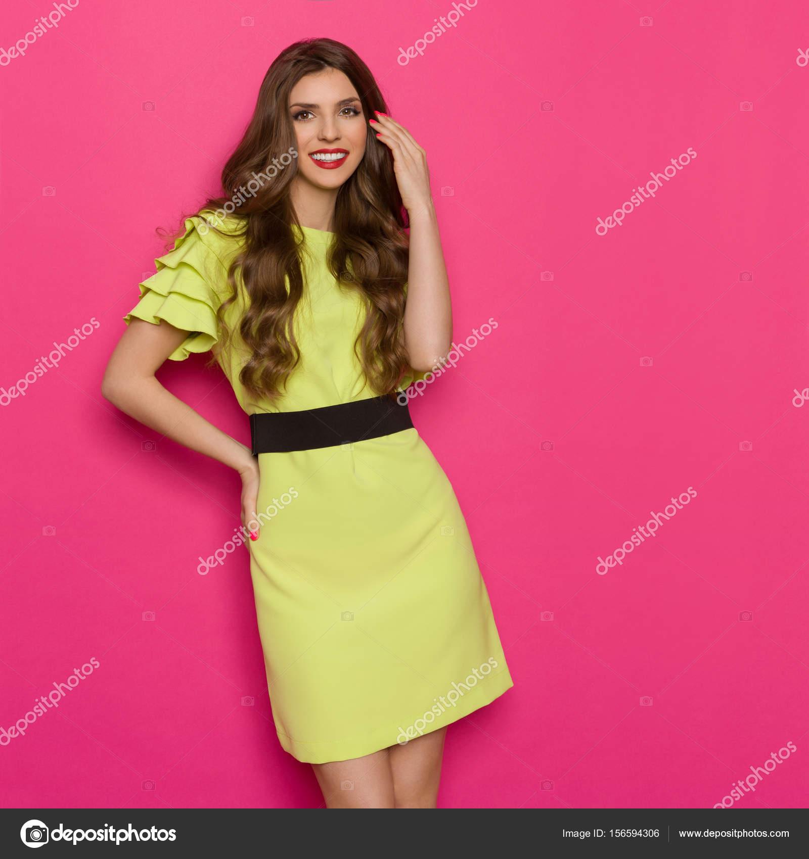Sonriente joven mujer en vestido verde vibrante — Fotos de Stock ...