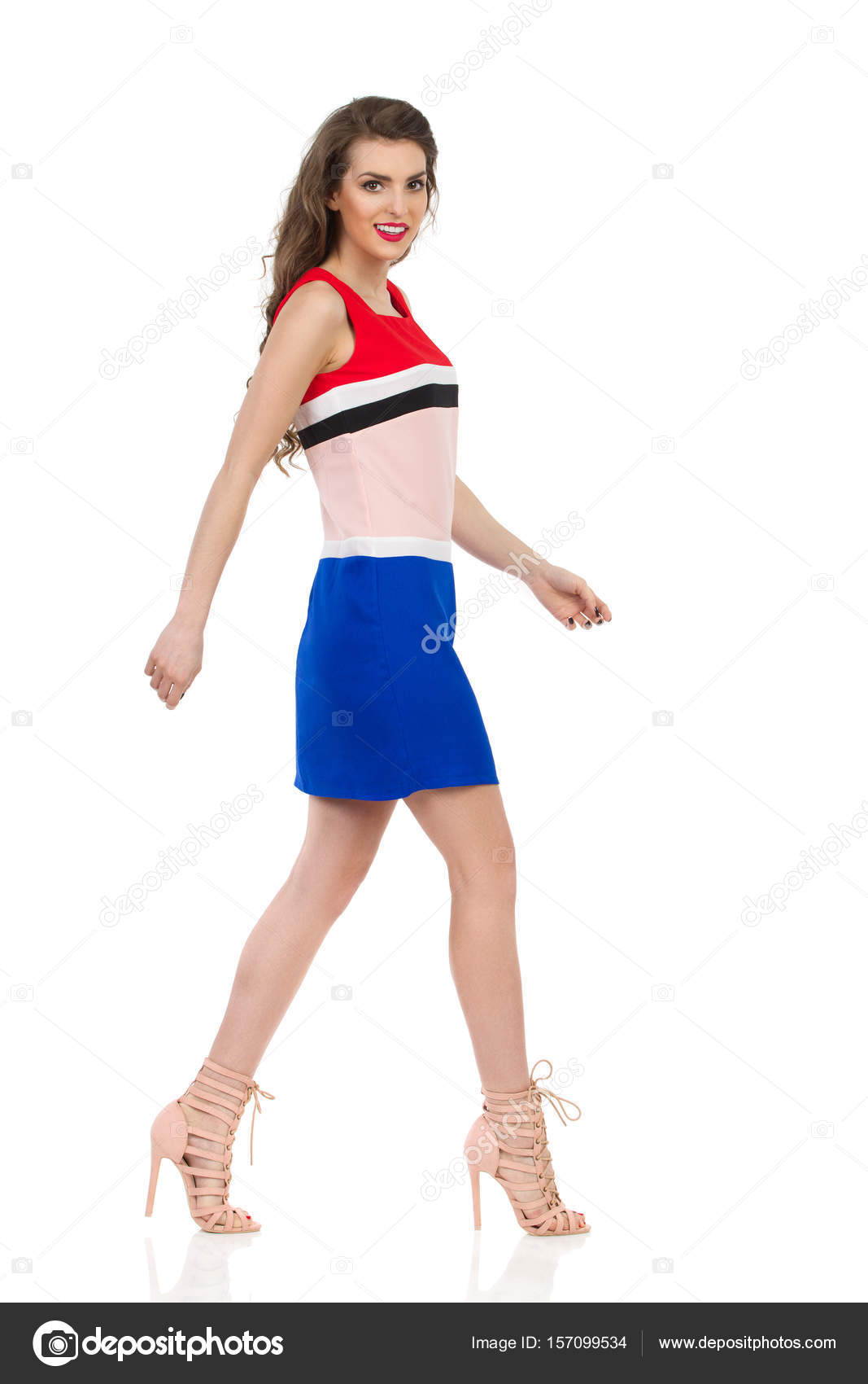 cb9c0d2a8 Sonriente a mujer camina en Mini vestido y tacones — Fotos de Stock ...