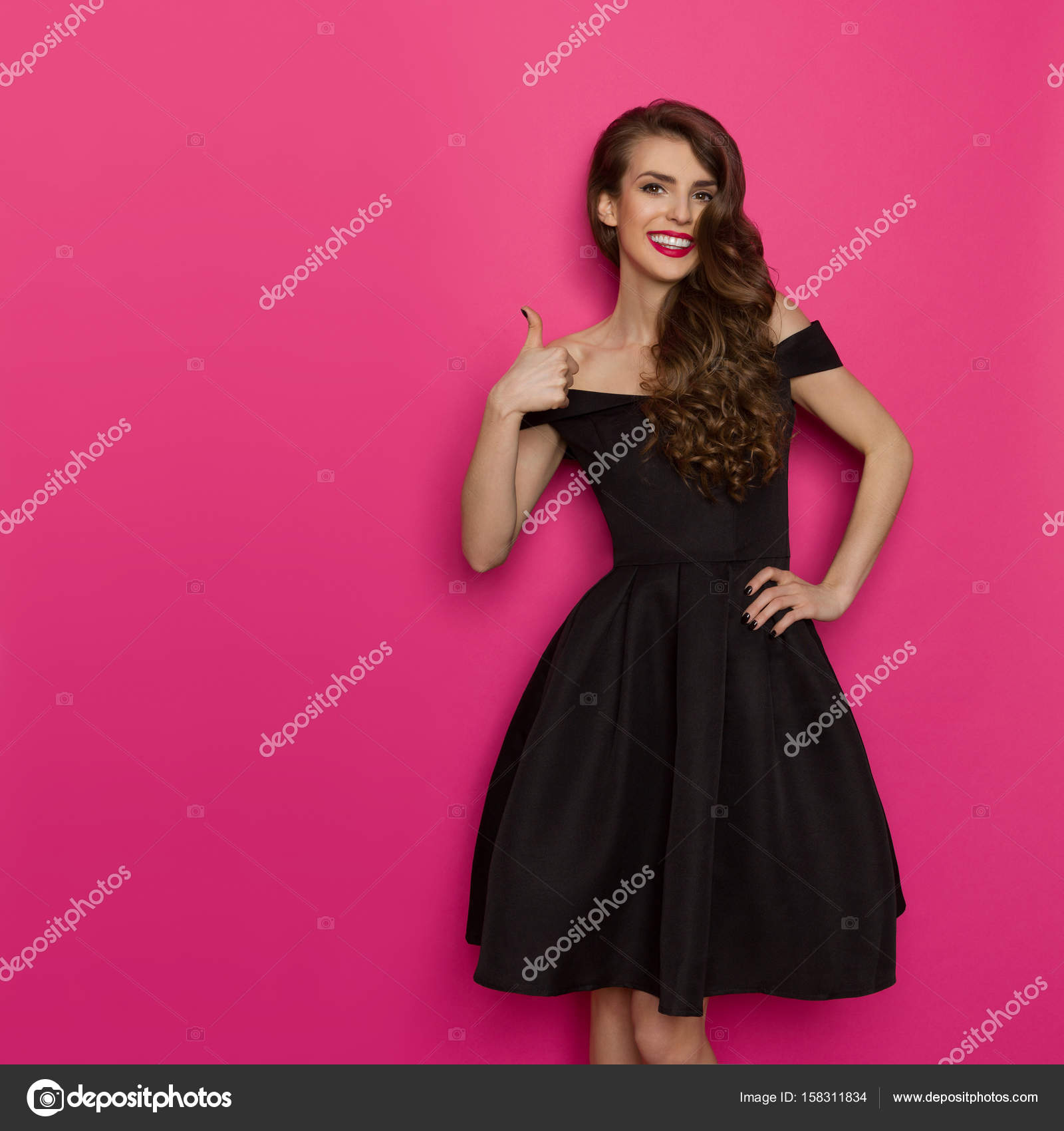 Modelo de moda elegante mostrando pulgar — Foto de stock ...