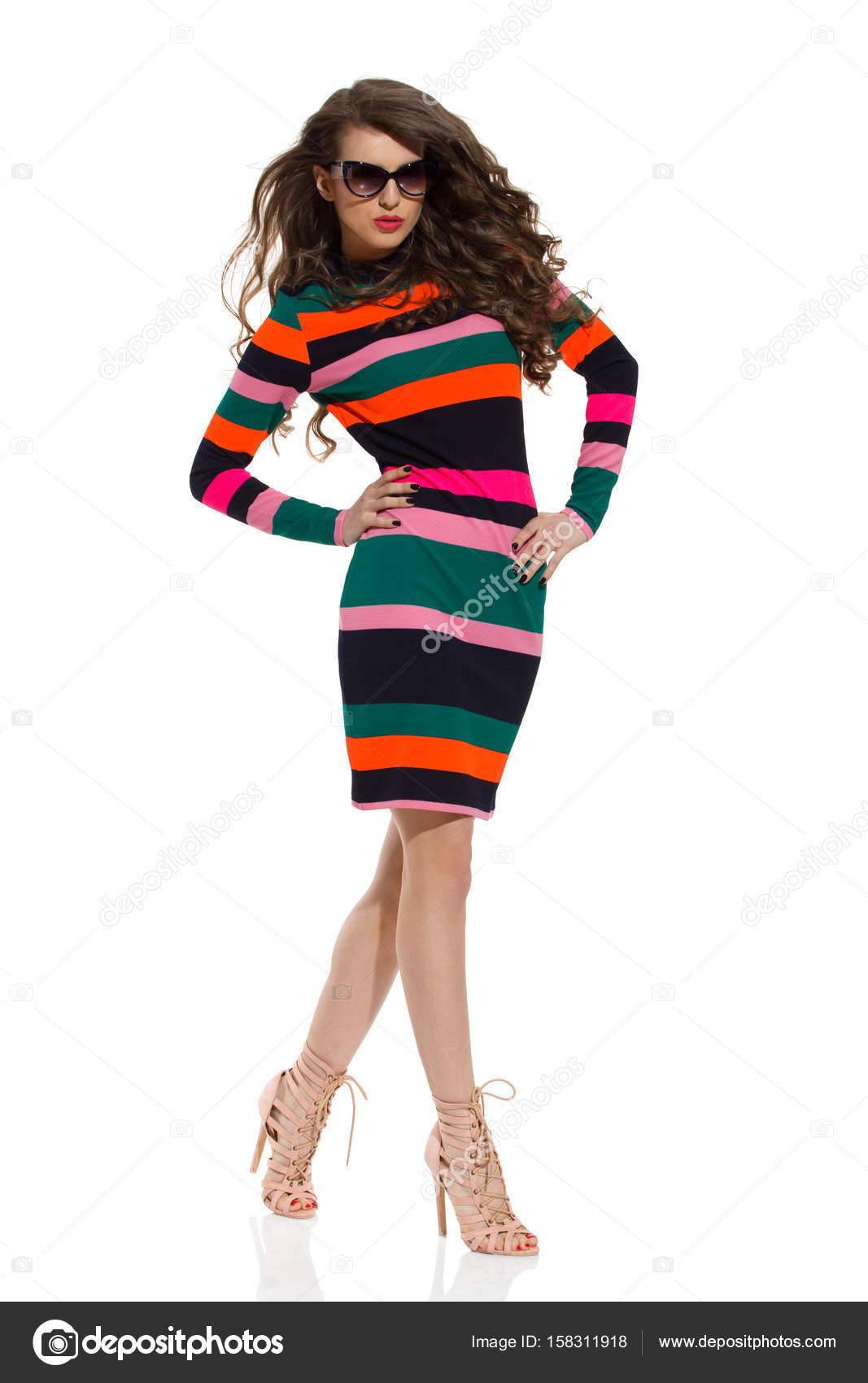 2bc541ccd2 Dámské modelevé Model je chůze v barevné pruhované šaty– stock obrázky