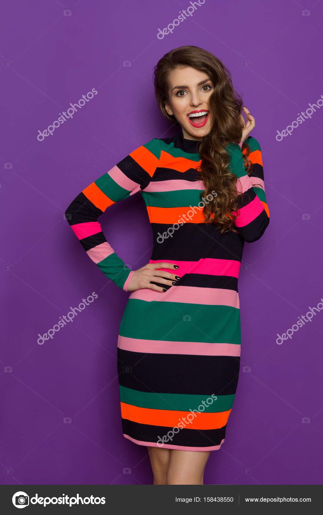 Excitada mujer en vestido colorido vibrante está gritando — Fotos de ...