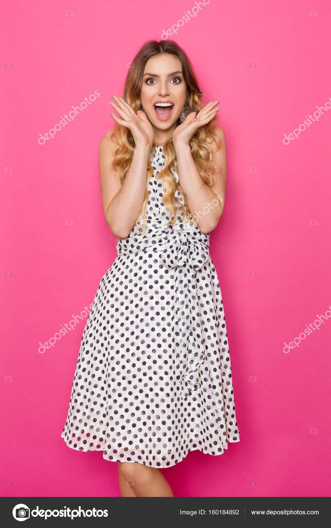 Excitada mujer blanco punteado vestido es gritar — Foto de stock ...