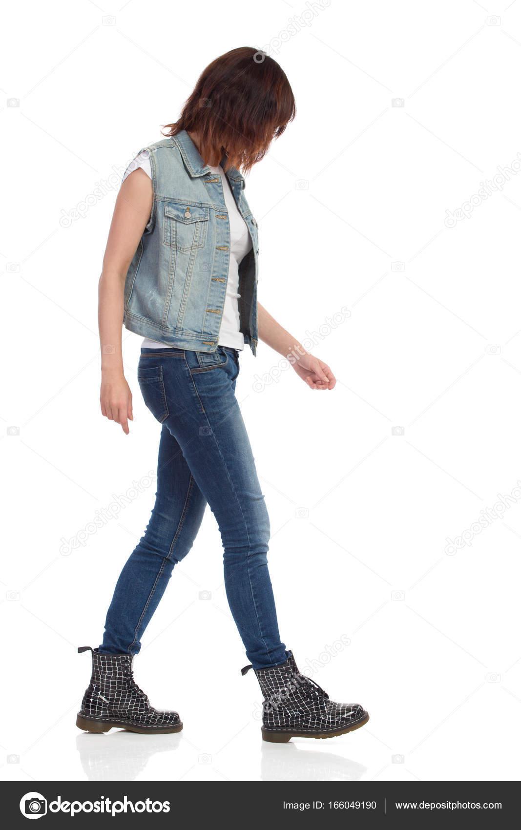 Kostuumvest Op Jeans.Wandelen Van De Vrouw In Jeans Vest En Zwarte Laarzen