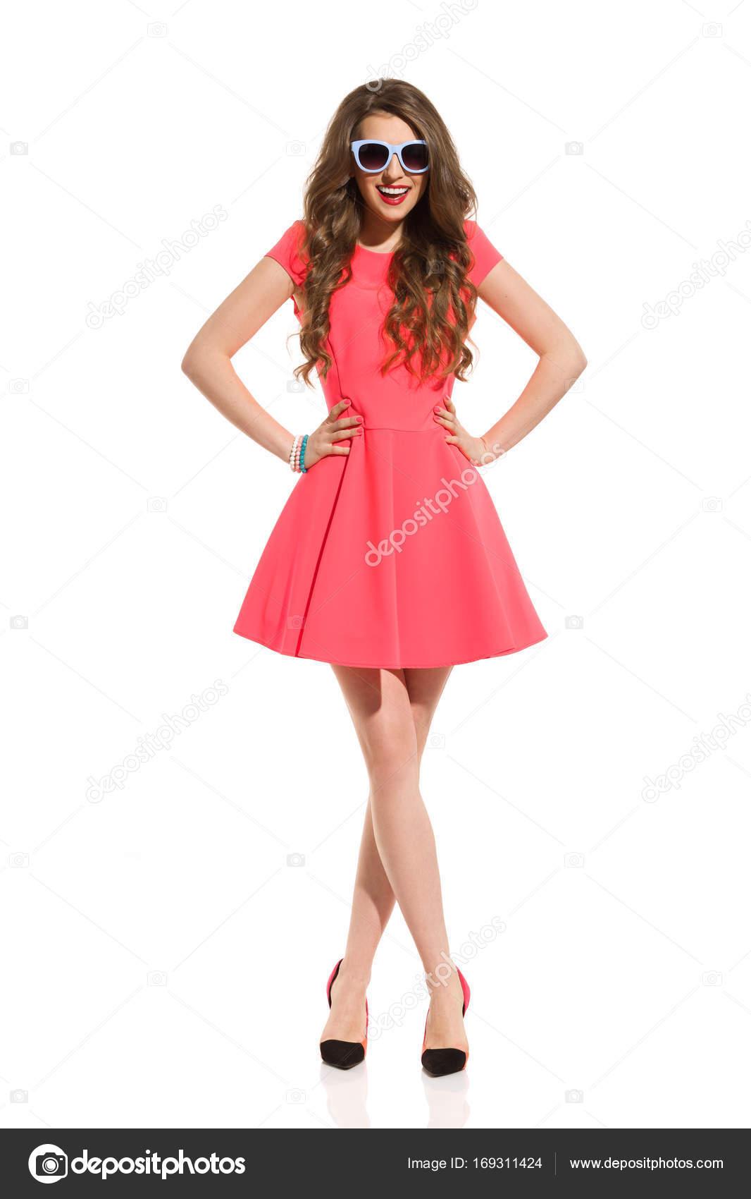 6da4b642ea78 Usmívající se žena v růžové Mini šaty a sluneční brýle — Stock ...