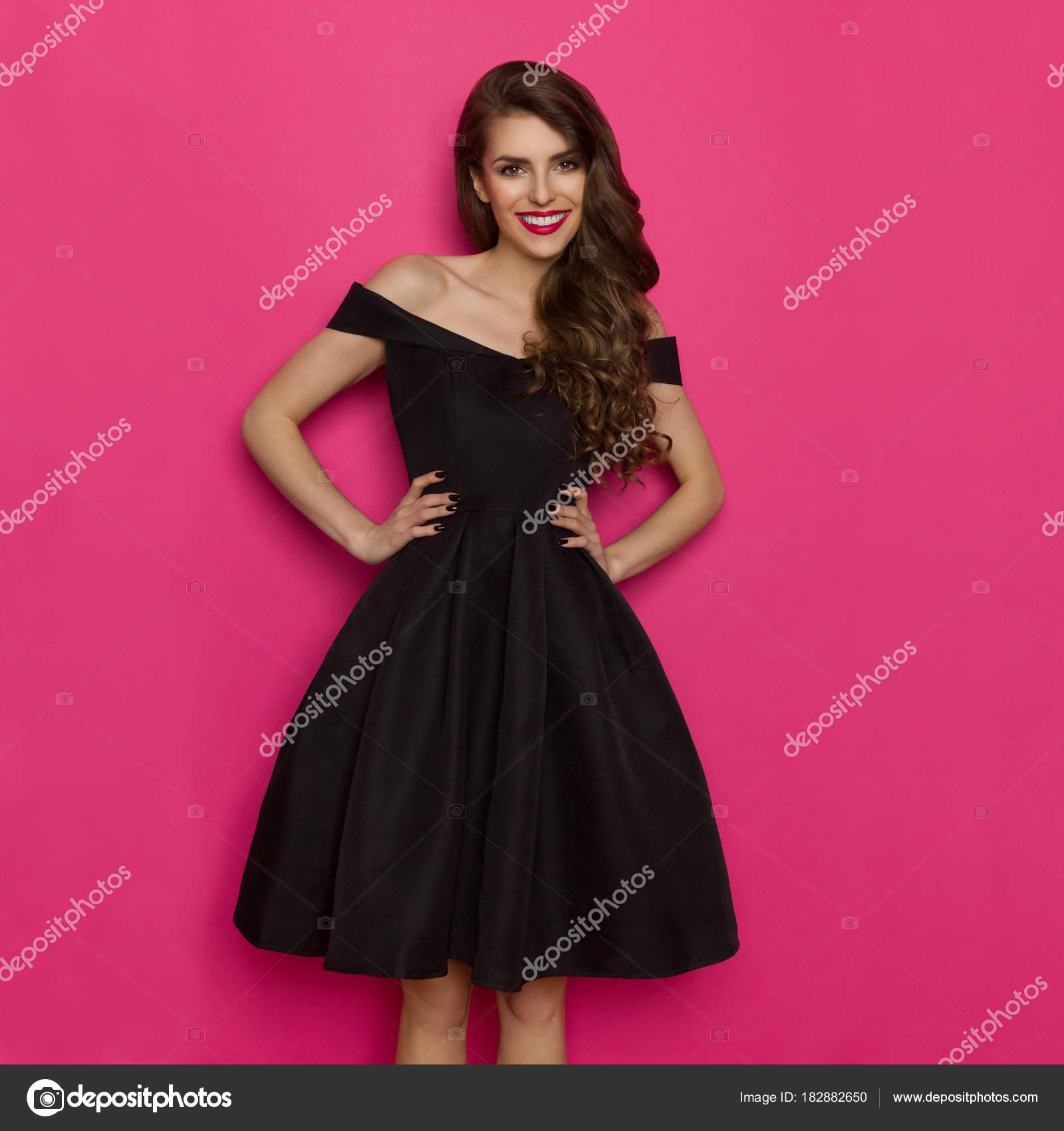 Elegante hermosa mujer en vestido de Cóctel negro — Foto de stock ...