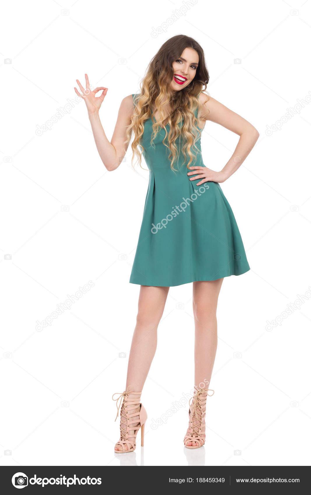 Vestido verde con zapatos