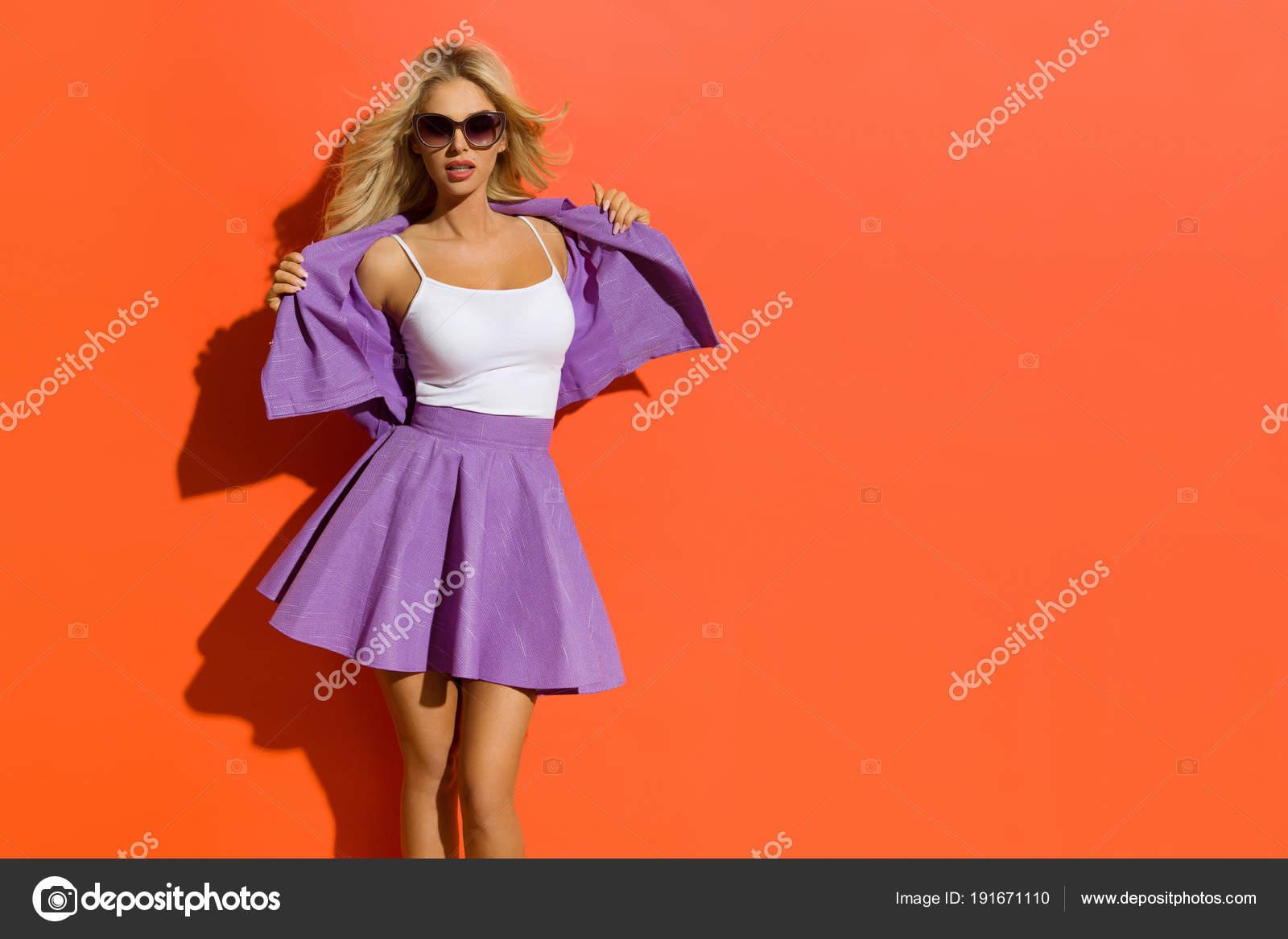 Сексуальные блондинки в мини юбка