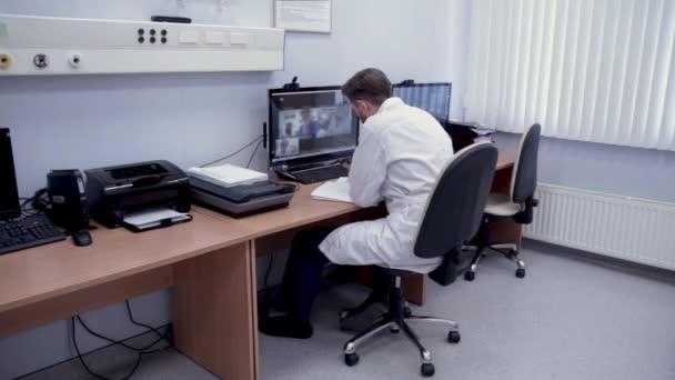 Videokonferenz eines Arztes mit Kollegen.