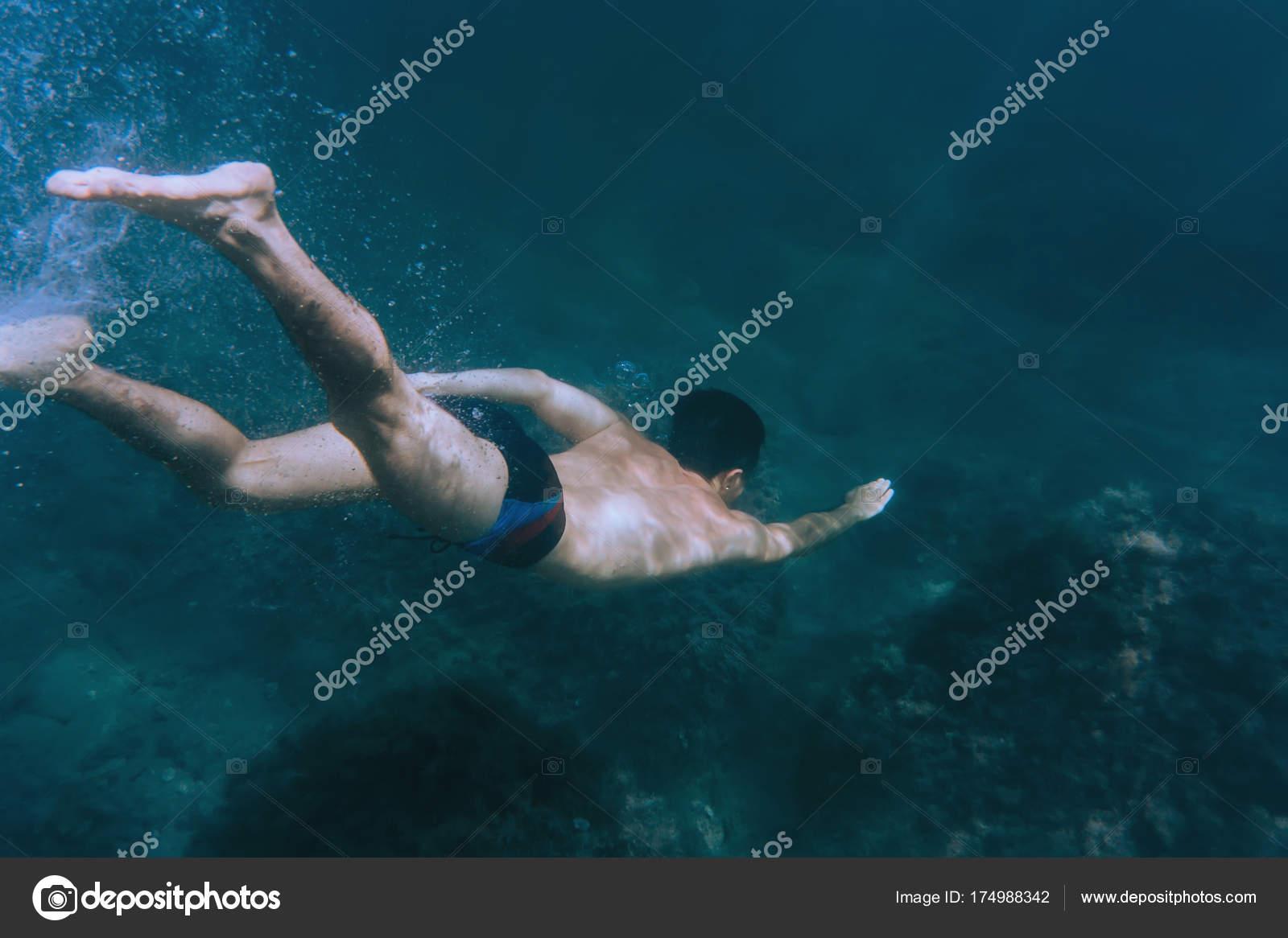 4c2e58561 Homem mergulhar no fundo do mar — Stock Photo © Remains  174988342