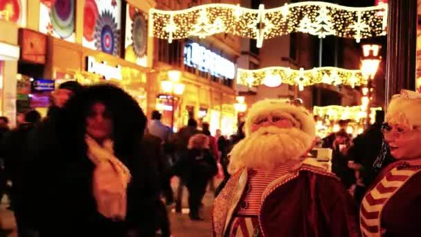 Panenka Santa Clause ve slavnostním prostředí. Tvář Santa Claus panenka na rozmazané ulici pozadí