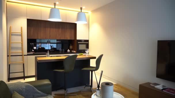 Moskva, Rusko - 25 11 2018: Obývací pokoj s kuchyní a kuchyňským ostrovem.
