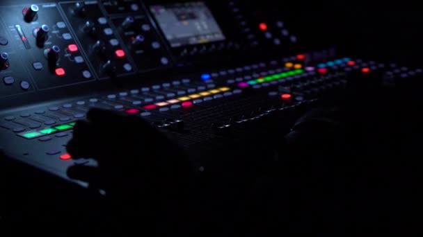 Elektrický stroj na stole pro zvukaře nebo klub DJ nightclub. moderní životní styl, objekty pro poslech na pozadí.